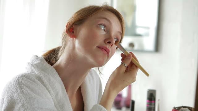 vidéos et rushes de ce soin du visage de base - miroir