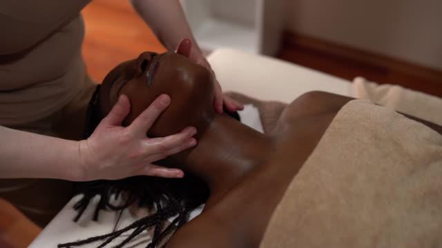 vidéos et rushes de soins de massage facial - stock video 4k - banc de massage