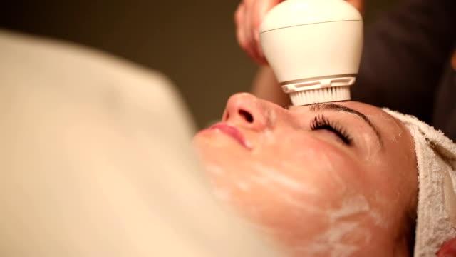 vídeos y material grabado en eventos de stock de exfoliación facial de limpieza de ángulo bajo - cuidado del cuerpo