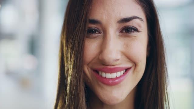 ポジティブでプロ意識のある彼女のキャリアに立ち向かう - 歯を見せて笑う点の映像素材/bロール