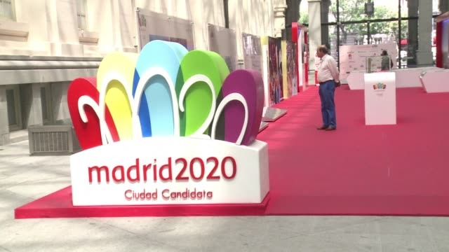 facing tough competition from tokyo and istanbul madrid is vying to host the 2020 olympics in the hope that winning the bid would help revive its... - gebot stock-videos und b-roll-filmmaterial