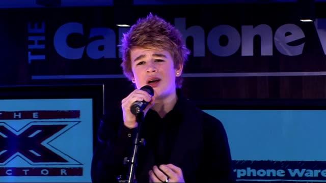 stockvideo's en b-roll-footage met factor finalists perform at impromptu gig; eoghan quigg sings 'imagine' sot - spelkandidaat