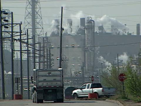 vidéos et rushes de factory building emitting large smoke stacks on aug 6 2003 in hammond indiana - répandre