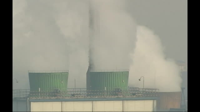 vidéos et rushes de factory chimney emitting smoke into sky - répandre