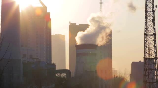 vídeos y material grabado en eventos de stock de fábrica de chimenea - central eléctrica