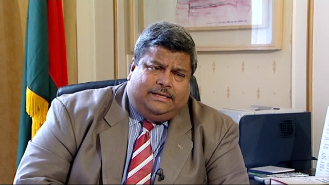 stockvideo's en b-roll-footage met bangladesh high commissioner blames western companies for factory conditions int mohamed mijarul quayes set up shot with reporter / interview sot... - amerikaanse munt