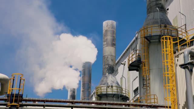 vídeos de stock, filmes e b-roll de torre de resfriamento da fábrica e fuma - lapso de tempo - tubo objeto manufaturado