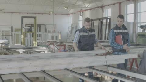 vídeos y material grabado en eventos de stock de interiores de la fábrica para la fabricación de pvc ventanas y puertas - aluminio