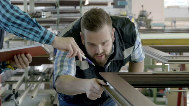fabriken inredning för att tillverka pvc fönster och dörrar - produktionslinjearbetare bildbanksvideor och videomaterial från bakom kulisserna