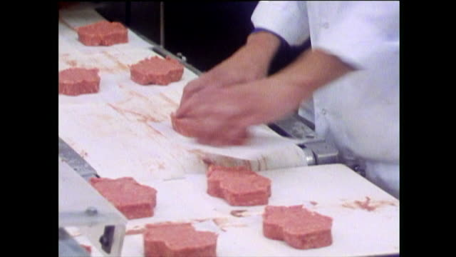 vídeos y material grabado en eventos de stock de factory line workers make burgers in chicago; 1989 - comida no saludable