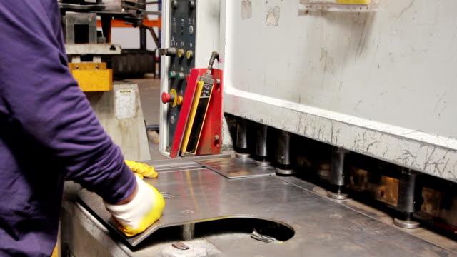 stockvideo's en b-roll-footage met fabriek operator - aluminium