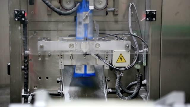 stockvideo's en b-roll-footage met workshop fabriek-productie verpakkingslijn - merchandise