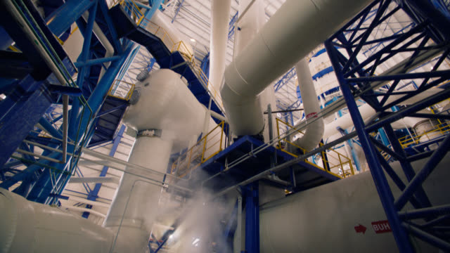 stockvideo's en b-roll-footage met fabrieks pijplijn en smokes - smoke physical structure
