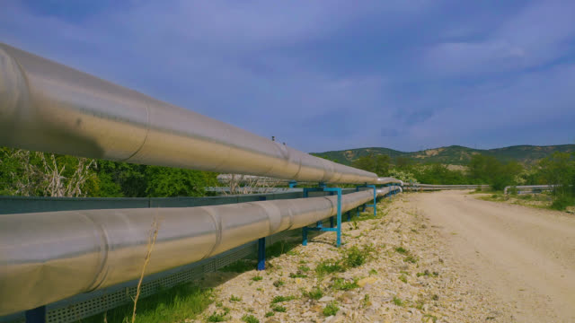 vídeos de stock e filmes b-roll de factory pipeline in nature - aerial view - oleoduto