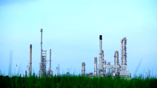 fabbrica raffineria stazione di energia - combustibile fossile video stock e b–roll