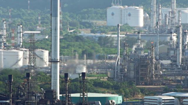 vídeos de stock e filmes b-roll de factory smoke polluting - smoke physical structure