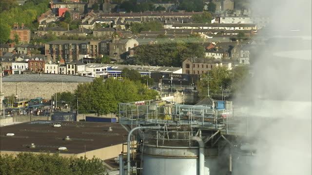 factory tubes releasing white smoke - bottich stock-videos und b-roll-filmmaterial