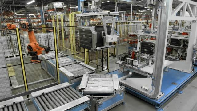 vídeos y material grabado en eventos de stock de fábrica de time-lapse con una línea de producción automatizada - manufacturing machinery