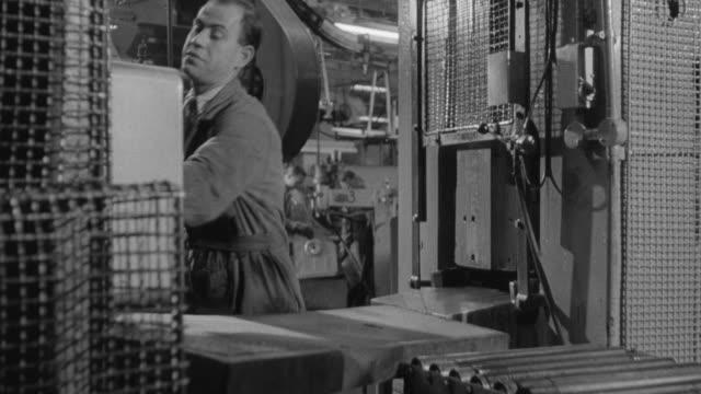 vídeos y material grabado en eventos de stock de montage factory with conveyor belt and workers on assembly line / treforest, wales, united kingdom - cinta transportadora