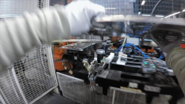 vidéos et rushes de ouvrier d'usine de laps de temps fait son travail dans une usine - slovénie