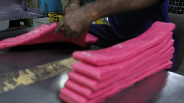 stockvideo's en b-roll-footage met fabrieksarbeider bereidt handmatig de grondstof - rubber