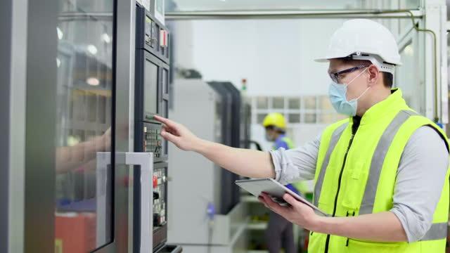 vídeos y material grabado en eventos de stock de trabajador de fábrica operar una máquina - suministro de energía
