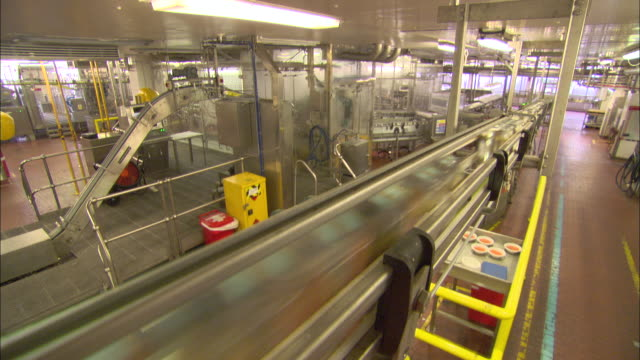 a factory worker supervises the production line in a soup cannery. - 缶詰にする点の映像素材/bロール