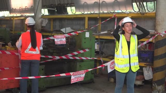 operaio sconvolto a causa della chiusura della fabbrica - the end video stock e b–roll
