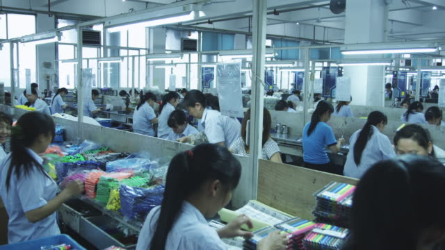factory workers assemble packages of pens in china. - ペン点の映像素材/bロール