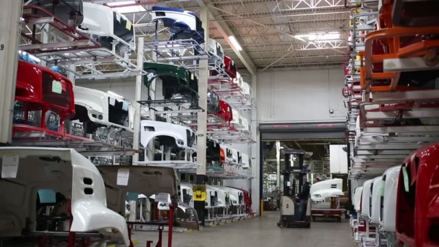 vídeos de stock, filmes e b-roll de factory workers assemble trucks at the mack truck cab and vehicle assembly plant in macungie pennsylvania us on thurs december 10 2015 photographer... - moving activity