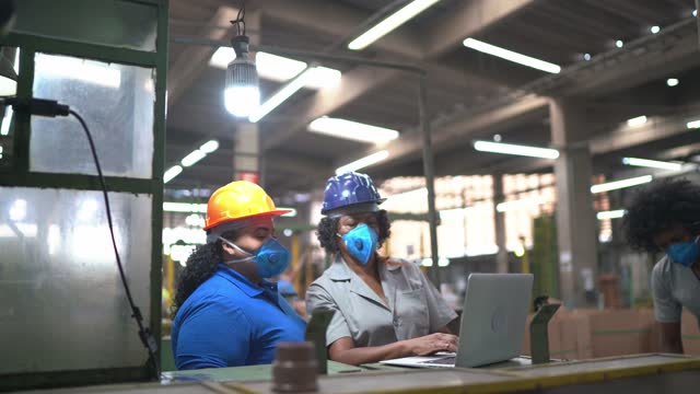 factory workers doing an informal meeting and analyzing information on laptop - working seniors stock videos & royalty-free footage