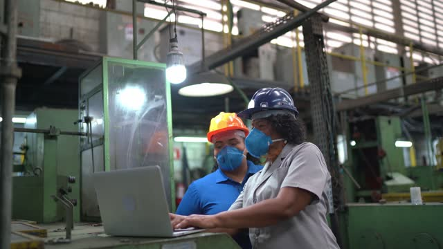 factory workers doing an informal meeting and analyzing information on laptop - industrial equipment stock videos & royalty-free footage