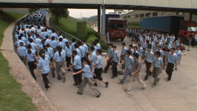 vidéos et rushes de ws factory workers getting out of work/ zi workers/ dongguan, china - ouvrier