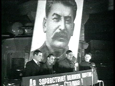 stockvideo's en b-roll-footage met factory workers listening and applauding to men giving speech from lectern / moscow, russia / audio - zij aan zij