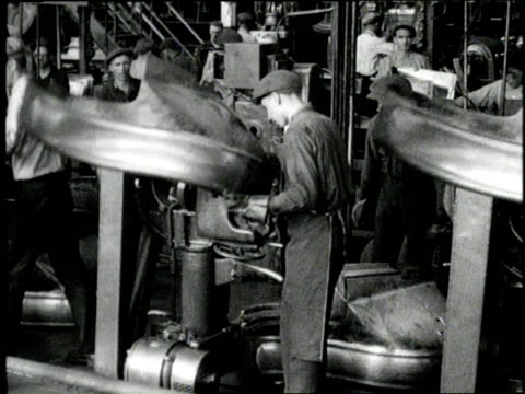 factory workers work on an assembly line to make model t fords - フォード・t型モデル点の映像素材/bロール