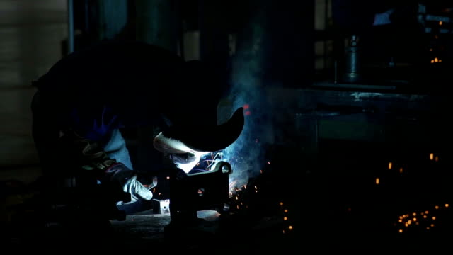 vídeos y material grabado en eventos de stock de trabajadores de fábrica que trabajan en soldadura por puntos - fábrica de coches