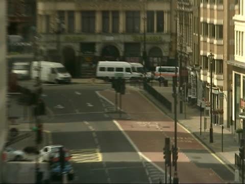 vidéos et rushes de failed london car bombs: police around haymarket; haymarket: high angle view deserted haymarket, police officers arriving at tiger tiger nightclub /... - haymarket