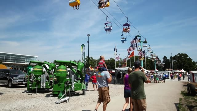 vídeos de stock e filmes b-roll de fairgoers ride the sky glider during the iowa state fair on august 16 2015 in des moines iowa the iowa state fair is one of the oldest and largest... - feira agrícola