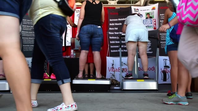 fairgoers try a slimming exercise apparatus at iowa state fair on august 16, 2015 in des moines, iowa. the iowa state fair is one of the oldest and... - körperbewusstsein stock-videos und b-roll-filmmaterial