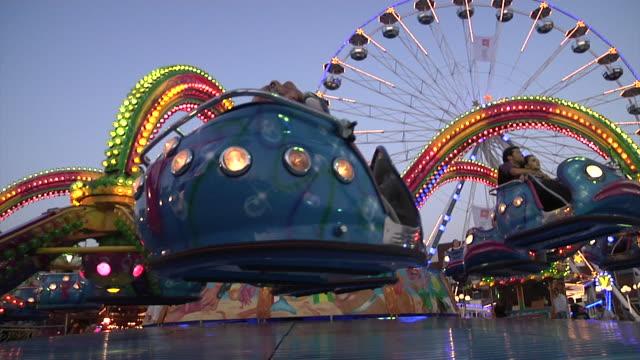 stockvideo's en b-roll-footage met fairground attractions in leiden - kees van den burg