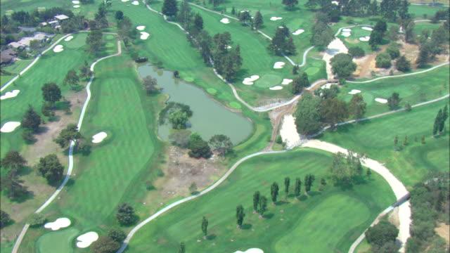 vídeos de stock e filmes b-roll de fairways, greens and water traps characterize a golf course in florida. - golf