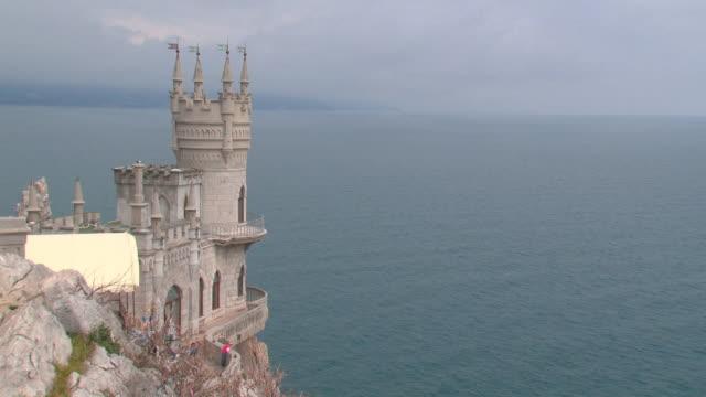 fairytale castle on a cliff above the sea - tornspira bildbanksvideor och videomaterial från bakom kulisserna