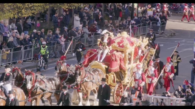 fairytale golden carriage brings london's 691st lord mayor peter estlin through the city of london at the lord mayor show in his honour footmen... - lord mayor of london city of london stock videos & royalty-free footage