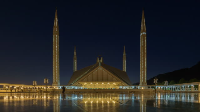 vídeos de stock e filmes b-roll de faisal mosque famous travel location in  islamabad pakistan ,time-lapse 4k - paquistão