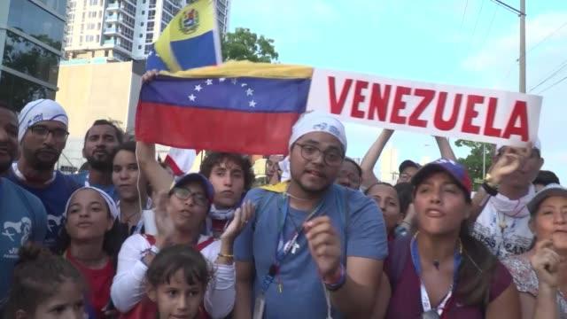 vídeos de stock e filmes b-roll de faithful in panama city celberate historic moment for venezuela as opposition leader juan guaido proclaimed himself acting president - clero