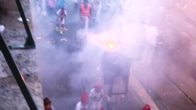 vídeos y material grabado en eventos de stock de fake bulls on which lit torches and sparklers had been placed run through the streets after the first bullrun of the san fermin festival on july 07... - comunidad foral de navarra
