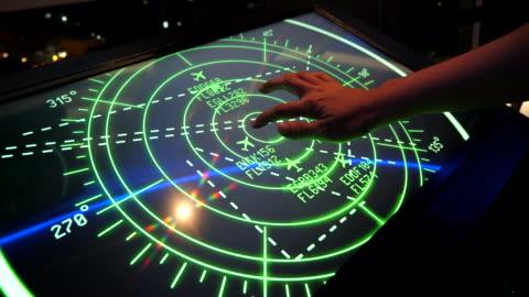 vídeos y material grabado en eventos de stock de monitor de control de vuelo con avión activo movimiento en la pantalla de falsos - vehículo aéreo
