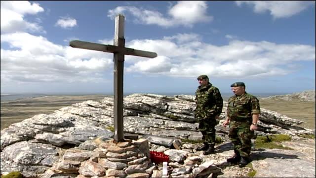 veterans revisit falklands to honour their fallen comrades; falkland islands: british veterans laying wreath at cross ken enticknap interview sot... - 飾り板点の映像素材/bロール