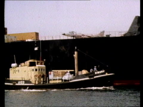 fleet defence tx 25482 cas ex vtr gv atlantic conveyor requisitioned container ship ms harrier plane lands pull ship cas ex vid 111280 gv ship and... - フォークランド諸島点の映像素材/bロール
