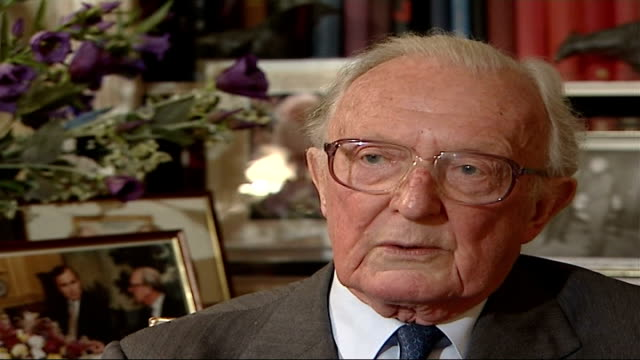 stockvideo's en b-roll-footage met how margaret thatcher responded to international crisis lord peter carington interview sot if the cabinet had wobbled i think there would have been... - peter carington